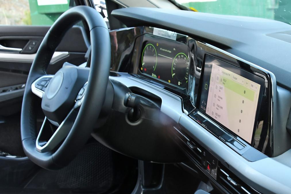 VW新型Golfのインテリアのデザインが判明!ハイテク化が止らない!